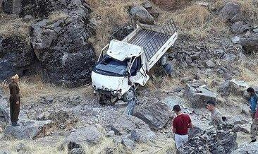 Derecik'te kamyonet şarampole yuvarlandı: 1 ölü, 2 yaralı