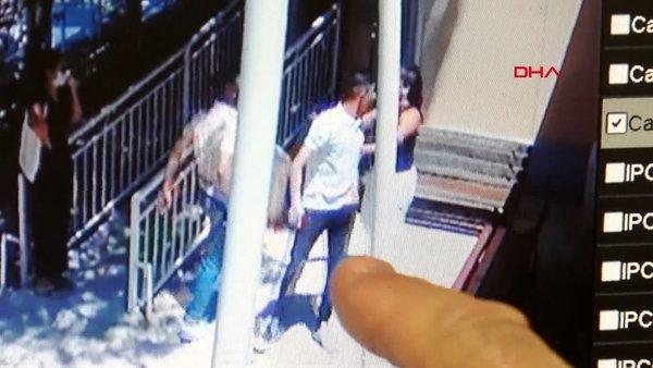 İzmir'de corona virüsü maskesi uyarısında bulunan doktorlara saldırı anı güvenlik kamerasında   Video