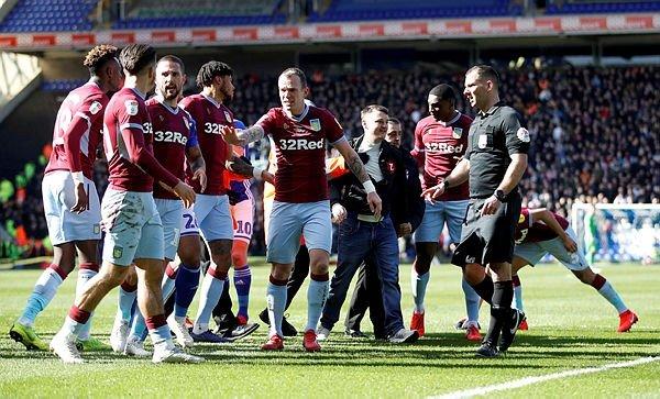 Aston Villa kaptanı Jack Grealish'e saha içinde saldırı