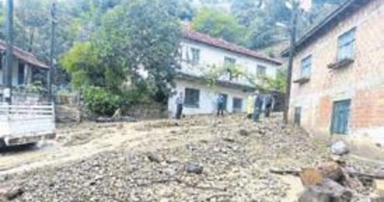 Yağış sonrası toprak kayınca evler boşaltıldı