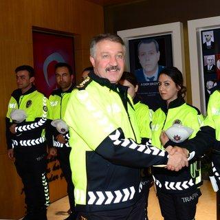 İzmir Emniyet Müdürü Hüseyin Aşkın, güne yeni trafik polisi kıyafetiyle başladı