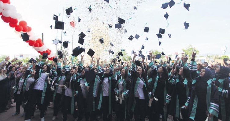 İlk mezunlardan şenlik gibi tören