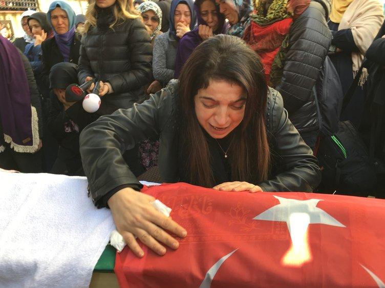 Acılı anne, kızlarını son yolculuğuna uğurladı