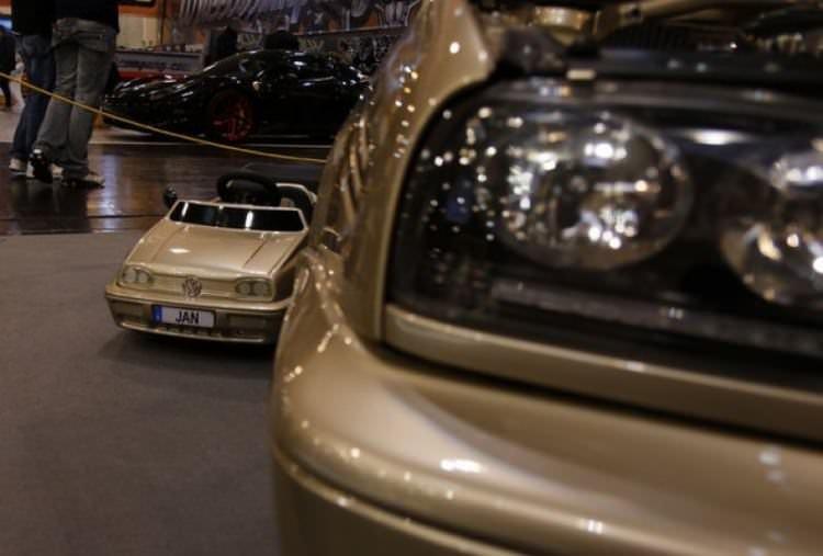 Almanya'daki otomobil fuarı ziyaretçilerini büyüledi