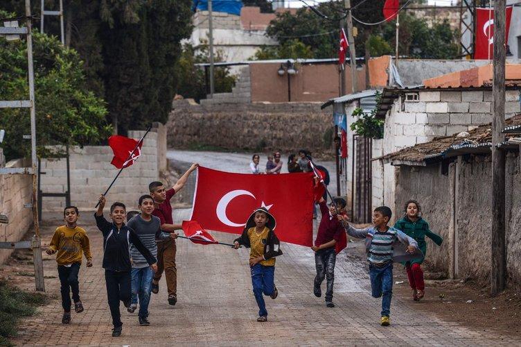 Suriye sınırındaki evlere Türk bayrağı asıldı!