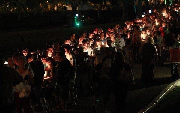Binlerce hayranı Elvis'in evinin önünde buluştu