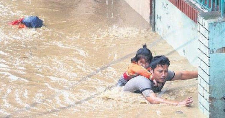 Nepal heyelan ve sele teslim: 30 ölü