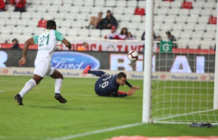 Bursaspor'un lig tarihindeki 1963'üncü golünü Chedjou'dan