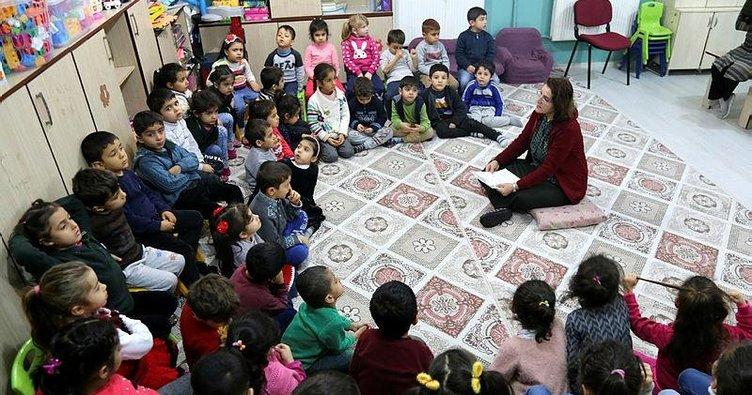 Nineler ve dedeler okulda masal anlatıyor