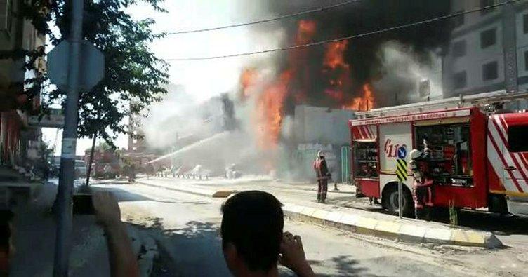 Pendik'te nalbur dükkanı alev alev yandı