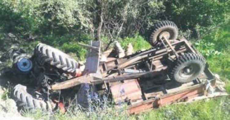 Odun yüklü traktör üzerlerine devrildi