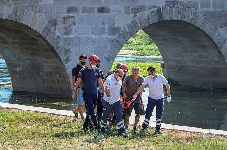 Tarihi köprüde otururken kanala düştü. Bakın nasıl kurtuldu