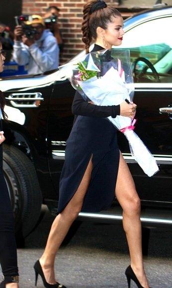 Derin yırtmaçlı Selena Gomez