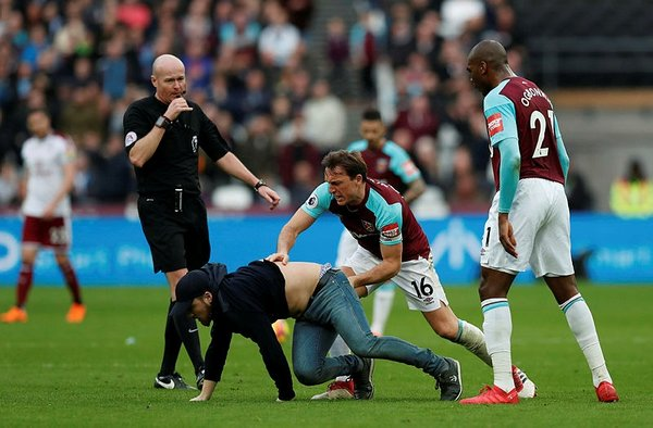 West Ham United-Burnley maçında saha karıştı!