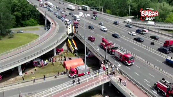 Polonya'da otobüs viyadükten düştü: 2 ölü, 20 yaralı   Video