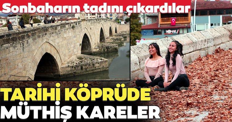 Tarihi köprüye yaprak serip, sonbaharı yaşadılar