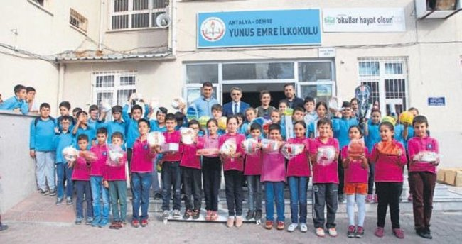 Demre'de okullara yardım yapılıyor