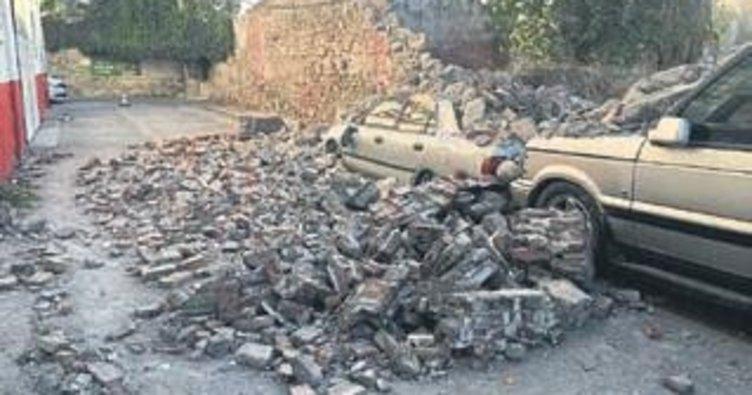 Depremde yıkılan duvar kaldırılmadı