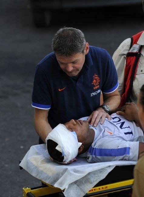 Kuyt takım arkadaşını hastanelik etti