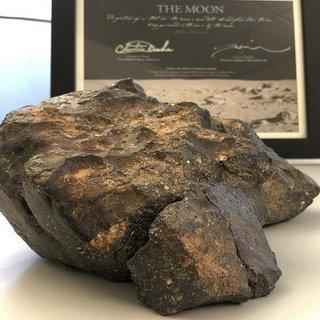 Ay'dan düşen gök taşı satıldı!