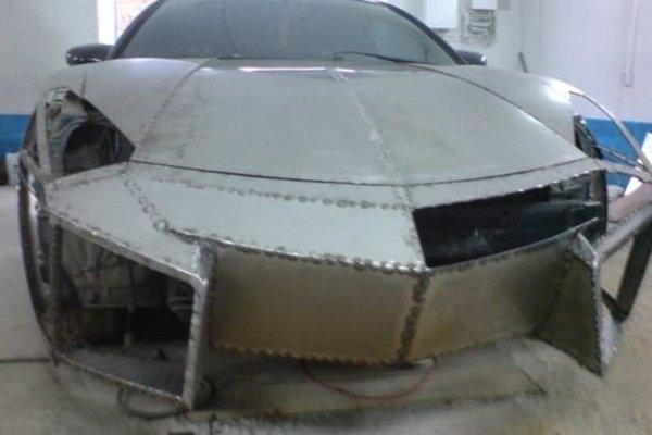 Hayallerindeki otomobili evinin garajında yaptı