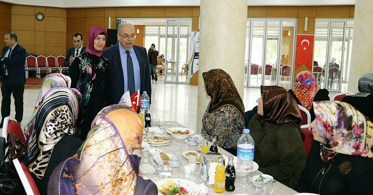 Adıyaman Belediyesi'nin bayan çalışanları il protokolüyle yemekte buluştu