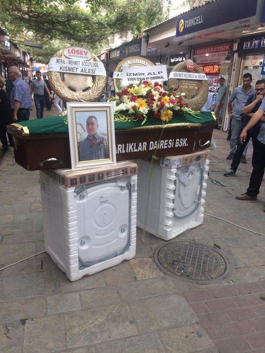 Vasiyeti üzerine cenazesi iki çamaşır makinesinin üzerine konuldu