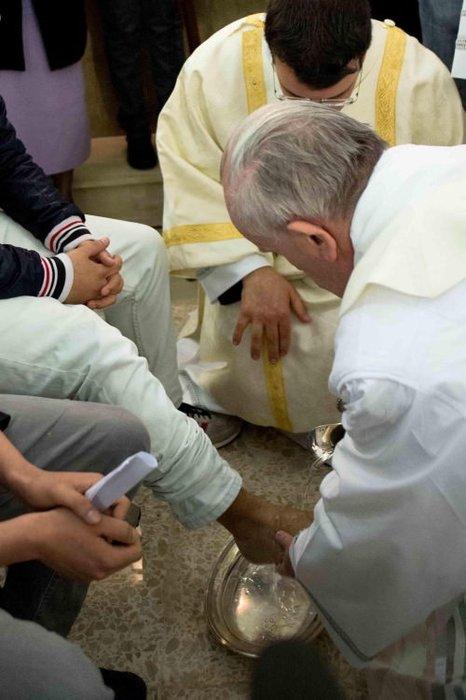 Papa ilk kez Müslüman ayağı yıkadı