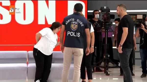 Son dakika haberi   Müge Anlı'da canlı yayında şok gözaltı! Şiar Kılıç cinayeti için Gülizar ve Hami...   Video