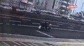 Yolun karşısına geçmek istedi, hızla geçen aracın altında kalarak ağır yaralandı...O anlar kamerada
