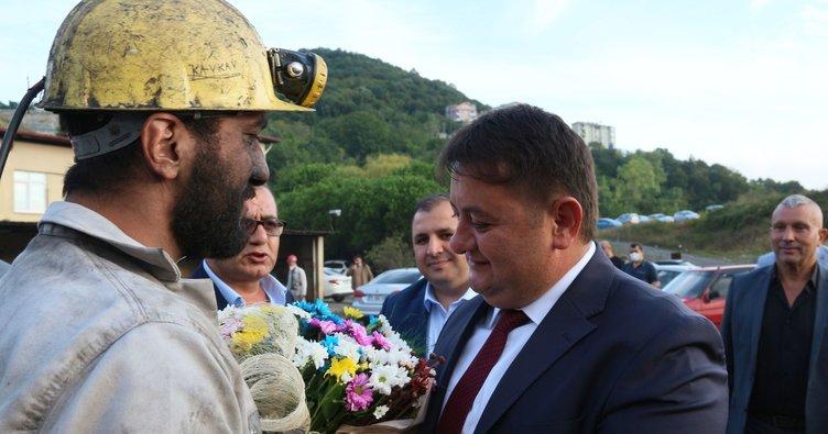 Madenciler sendikayı çiçeklerle karşıladı