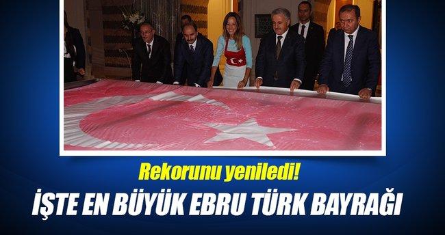En büyük ebru Türk bayrağı rekorunu yeniledi!