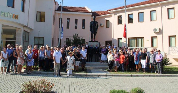 Fethiye'de yerleşik İngilizlerden Atatürk'e saygı duruşu