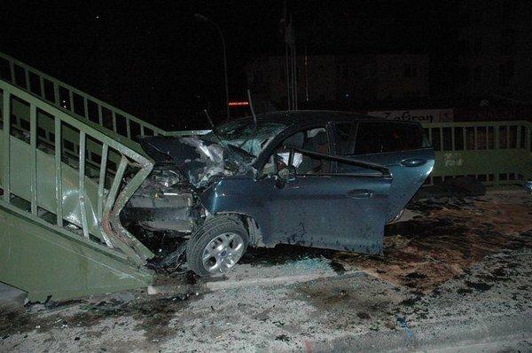 Maltepe'de otomobil üst geçit merdivenlerine çarptı