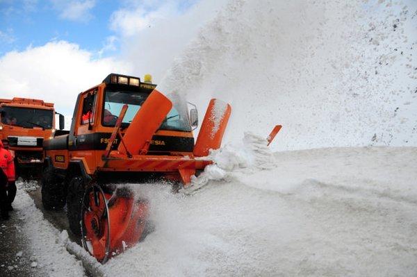 Bakan Yıldırım kar temizliği yaptı