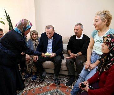 Cumhurbaşkanı Erdoğan vatandaşların davetini geri...