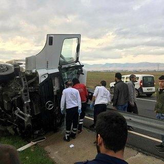 Mardin'de tır devrildi: 1 ölü