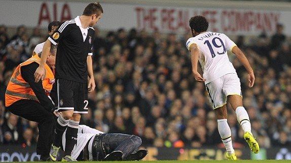 Tottenham - Partizan maçında sahada futbolcularla özçekim