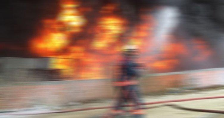 Sirkeci'de tadilattaki iş hanında yangın