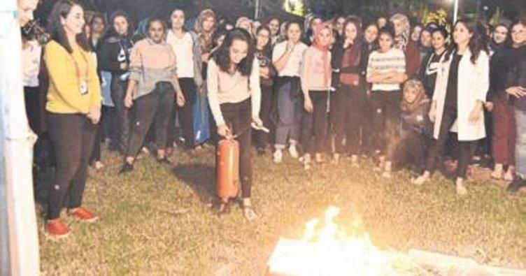 Kız öğrenciler yangın tatbikatında