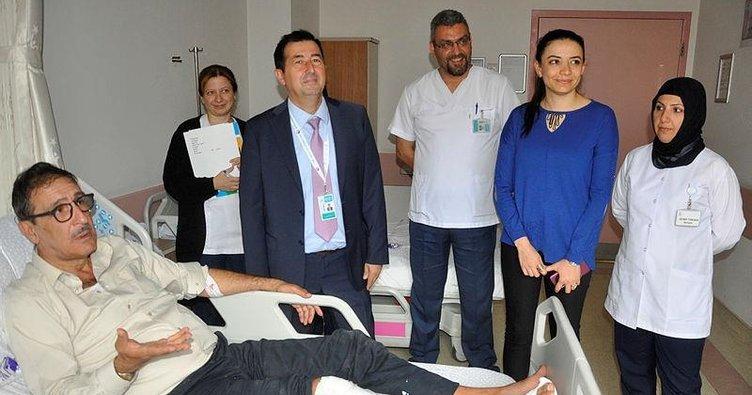 Çukura düşen Cem Özer'in bacağı kırıldı