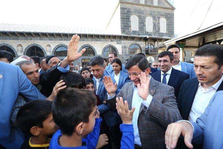 Davutoğlu'nun Yüksekova'da bayramlaşma töreni