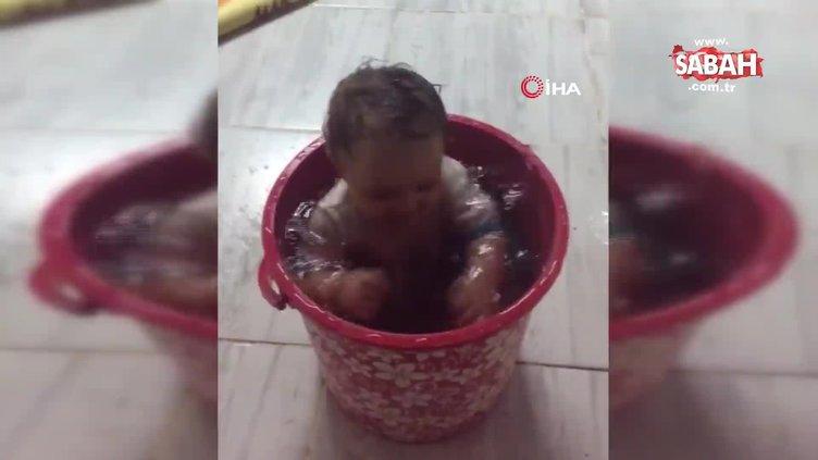 Adana'da sıcaktan bunalan bebek su dolu kovada böyle serinledi