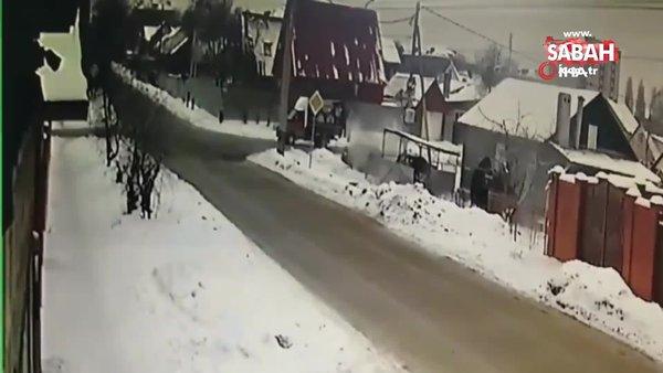 Rusya'da çarpışan araçlar yol kenarındaki evin bahçesine uçtu: 1 ölü | Video