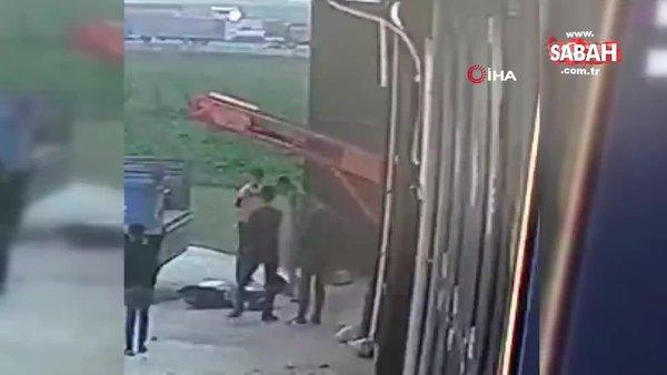 Bir anlık dikkatsizliği faciaya neden olacaktı. 50 kiloluk gübre torbası çiftçinin üzerine böyle düştü | Video