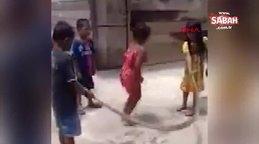 Çocuklar ölü yılanla ip atlama oyunu oynadı
