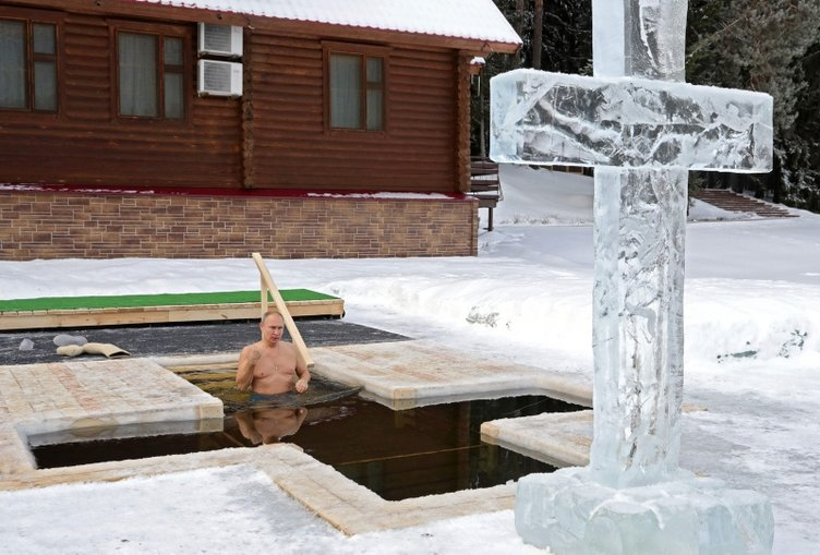 Dünya Putin'in bu fotoğraflarını konuşuyor! Eksi 20 derece olan suya girdi