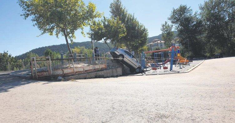 Virajı alamayan sürücü parka uçtu