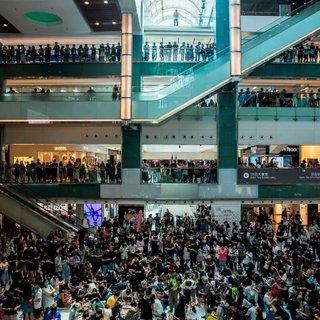 Hong Kong'da tansiyon düşmüyor!  Protestocular AVM'yi yağmaladı