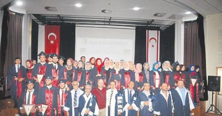 İlahiyat mezunları diplomalarını aldı